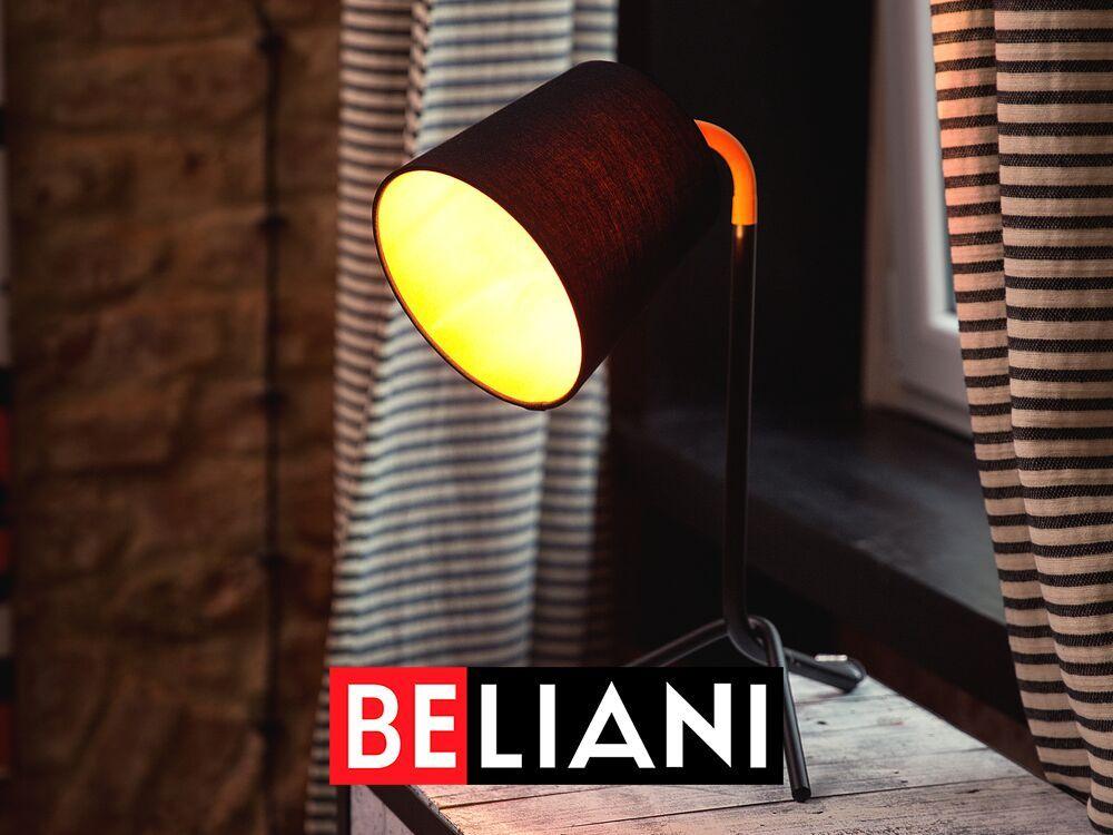 Ob als praktische Tisch- oder Schreibtischlampe, als Dekoleuchte, als dekorative Leseleuchte in einer gemütlichen Ecke oder als moderne Nachttischlampe - die ausgefallene Designer-Tischleuchte ist ein echter Blickfang. Die Lampe hat die Gesamtmasse 23 x 28 x 42 cm, steht auf drei schlanken, schrägen Füssen und hat als raffiniertes Detail ein orangefarbiges, gebogenes Verbindungsstück zwischen dem Lampenarm aus Stahl und dem Lampenschirm. Der schwarze Lampenschirm aus Poly-Baumwolle in den Massen