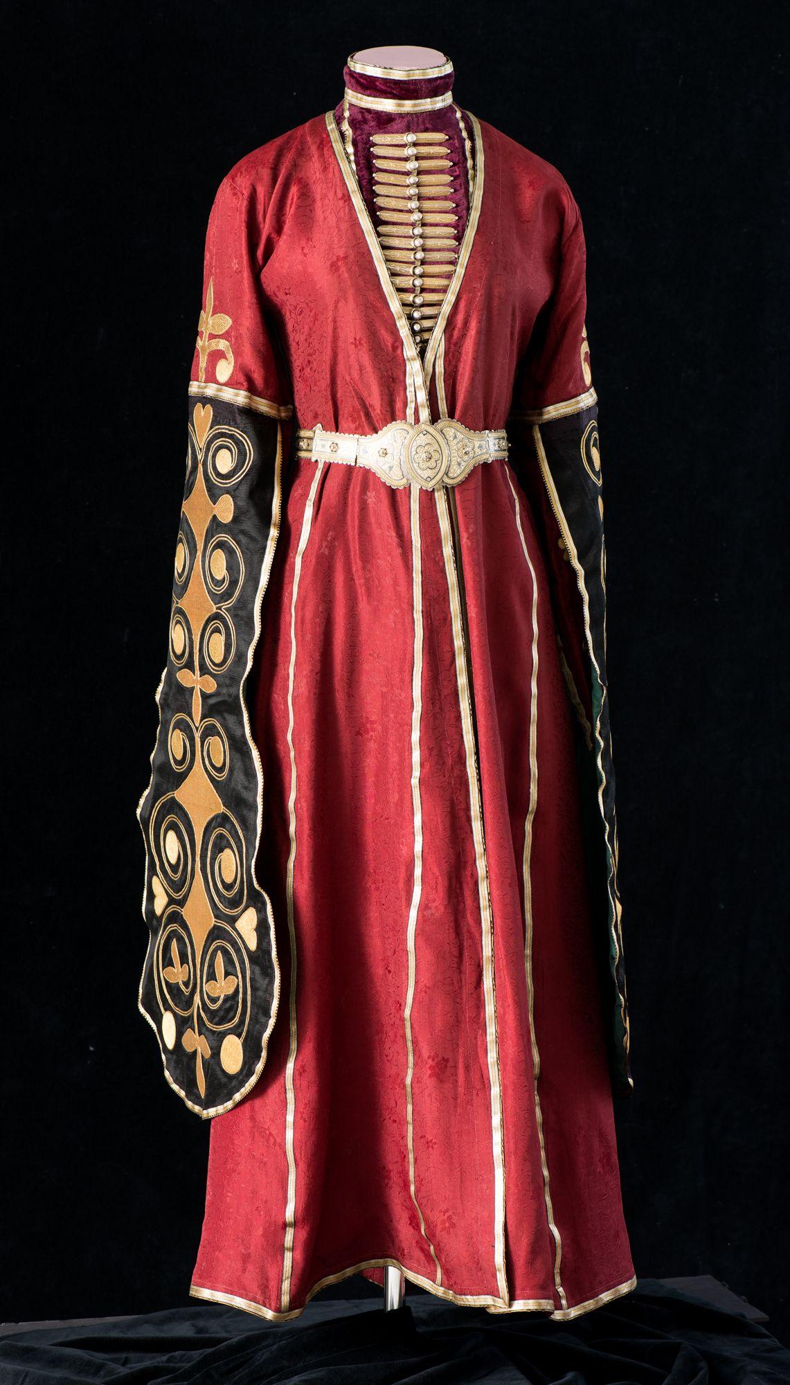 Женская одежда. Адыгея. Начало ХХ в. Платье – сай, нагрудник, подвески нарукавные (пара), воланы нарукавные (пара), нижняя юбка, пояс.