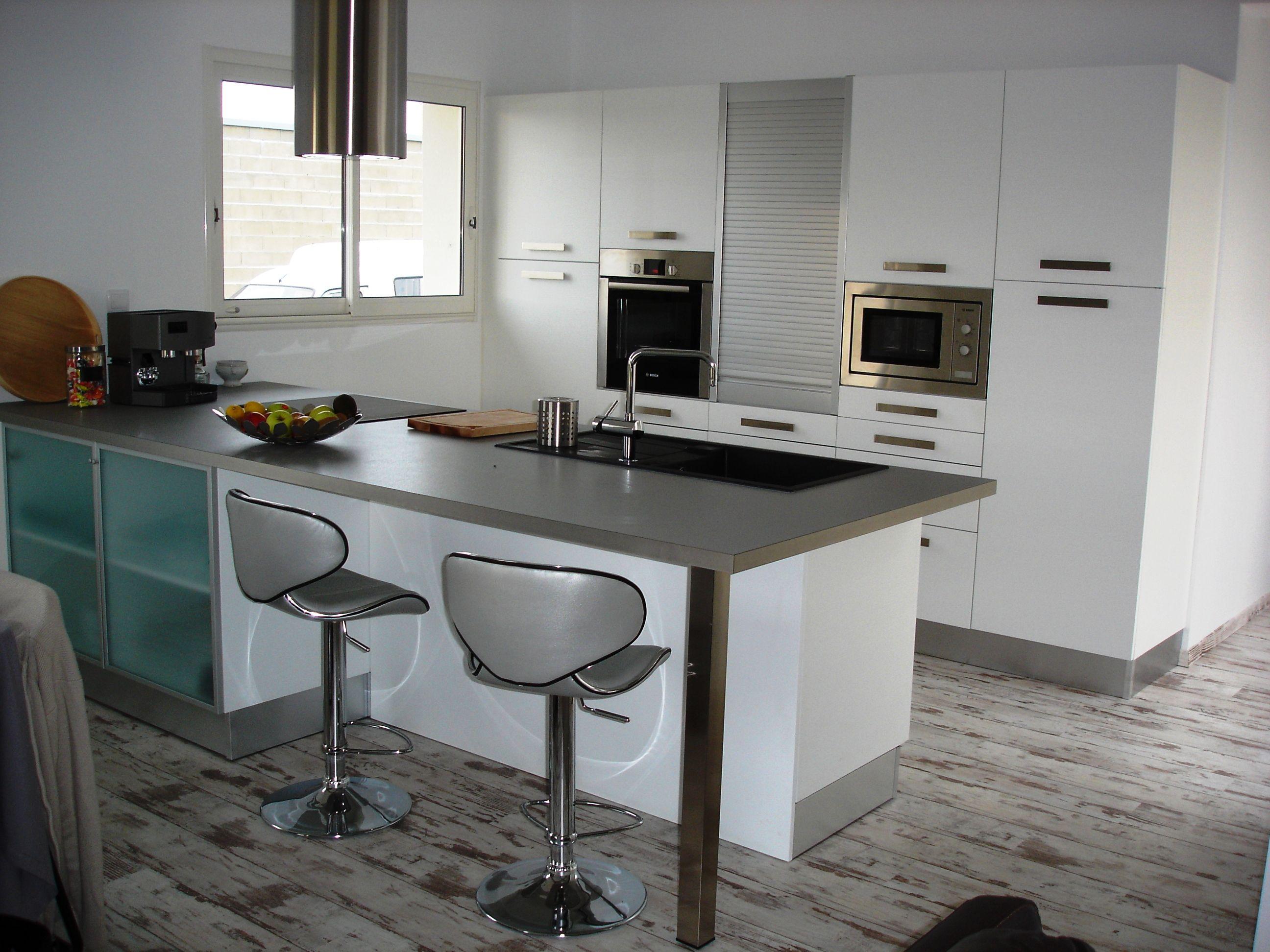 cuisine blanche avec plan de travail gris clair. Black Bedroom Furniture Sets. Home Design Ideas