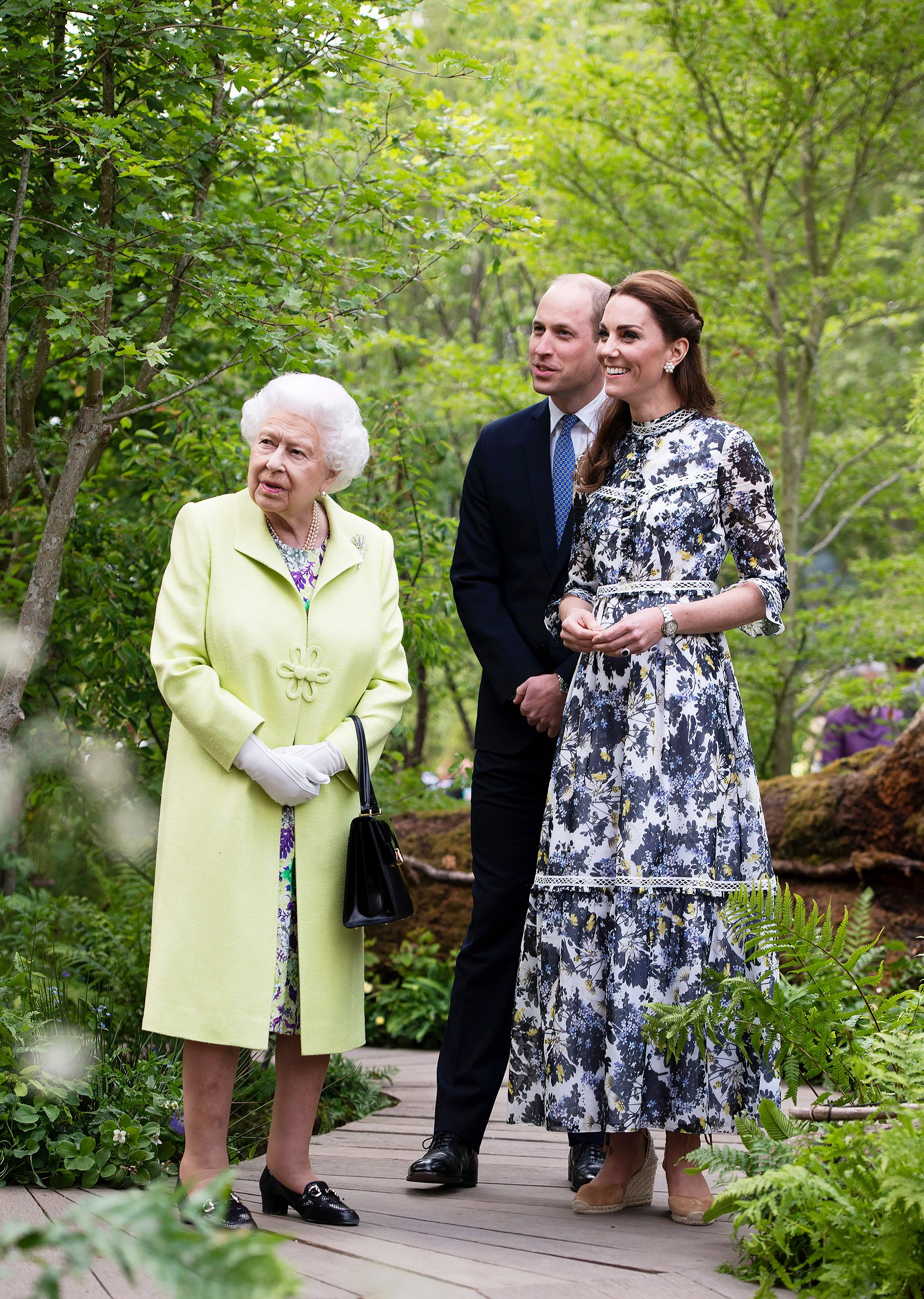 Kate Middleton Shows Queen Elizabeth Her New Garden See The Queen And Future Queen Together Chelsea Flower Show Kate Middleton Outfits Kate Middleton