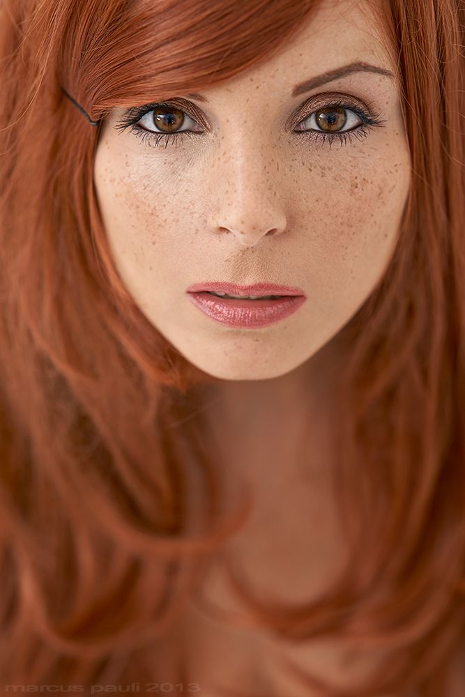 The Trick On Makeup For Freckles Warm Colors Brown And Bronzer On Cheeks And Nice Natural Rote Haare Grune Augen Rote Haare Braune Augen Rote Sommersprossen