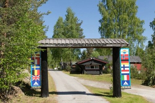Koppang Camping & Hytter ligt bij het gelijknamige dorpje in de uitgestrektheid van de provincie Hedmark. Door de zuid-oostelijke ligging is het weer in de omgeving behoorlijk stabiel. D...