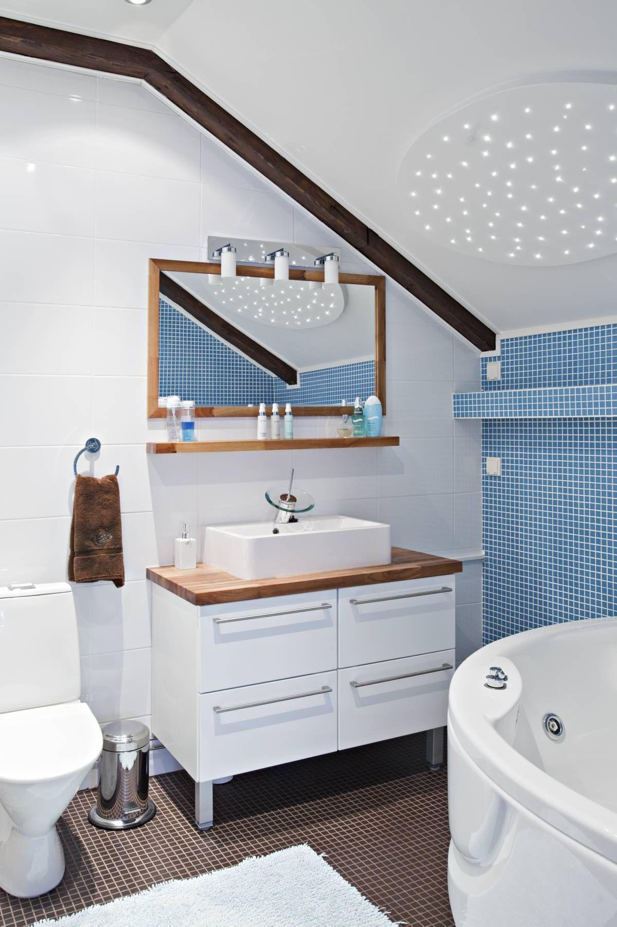 Yläkerran spa-kylpyhuonetta valaisee led-tähtitaivas ...