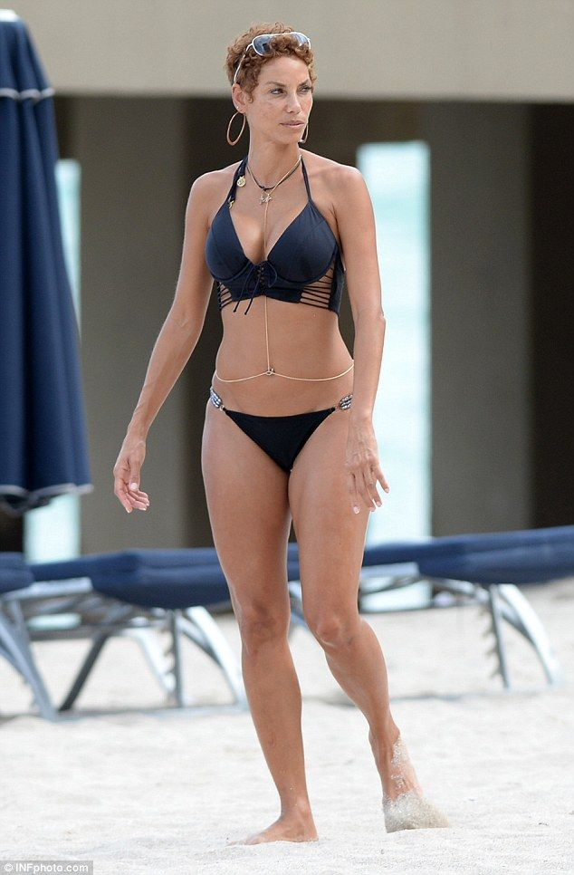 Nicole Murphy Struts Her Shapely Bikini-Clad Figure On The -7119