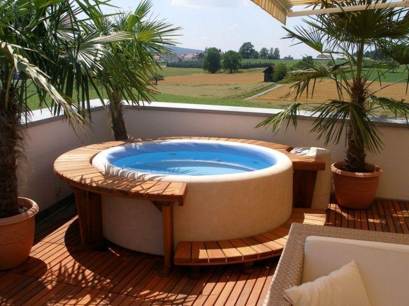 Ein Balkon Whirlpool Mit Holzakzenten Hottubdeck Ein Balkon Whirlpool Mit Holzakzenten Hot Tub Outdoor Hot Tub Backyard Small Hot Tub
