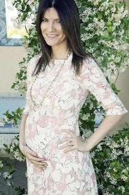 Congratulazioni a Laura Pausini che ha annunciato sulla sua pagina Facebook di essere in dolce attesa di una bambina #LauraPausini #facebook