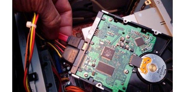 SATA-Festplatte: Festplatten brauchen Strom vom Netzteil sowie die SATADatenverbindung zum Mainboard.Eine Festplatte oder SSD einzubauen, ist normalerweise einfach, aber auch hier gibt es ein paar Dinge zu beachten, damit alles optimal platziert ist. Bei einer SSD montieren Sie das Laufwerk zunächst in den passenden Halterahmen, damit sich die SSD wie eine Festplatte im PC-Gehäuse befestigen lässt. Vor allem bei kompakten PC-Gehäusen wird die Festplatte oder die SSD neben den…