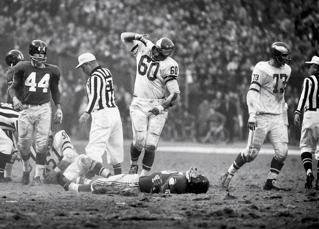 Si S 60 Greatest Nfl Photos Nfl Si Com Football Players Kneeling Football Football Photography