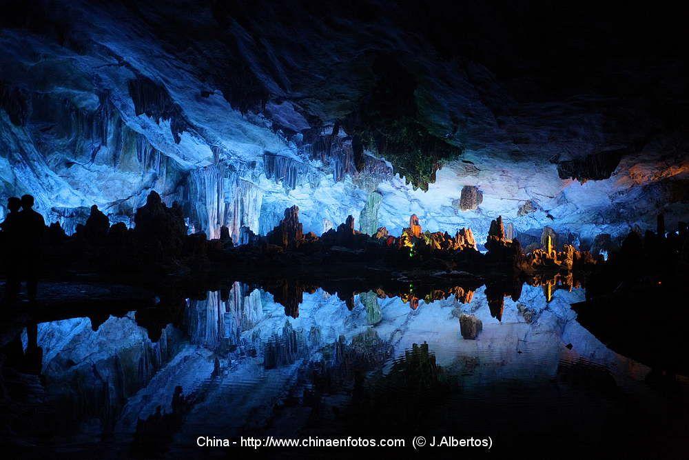 La maravillosa Cueva de la Flauta de Caña,en Guilin.Imperdible si visitáis la zona #China #Asia #CulturaChina  www.maimaiwenhua.com