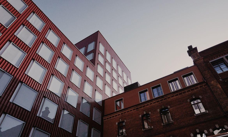 Scoprire Zurich West a piedi. L'edificio in mattoncini rossi è un ex birrificio che oggi è stato trasformato in museo.