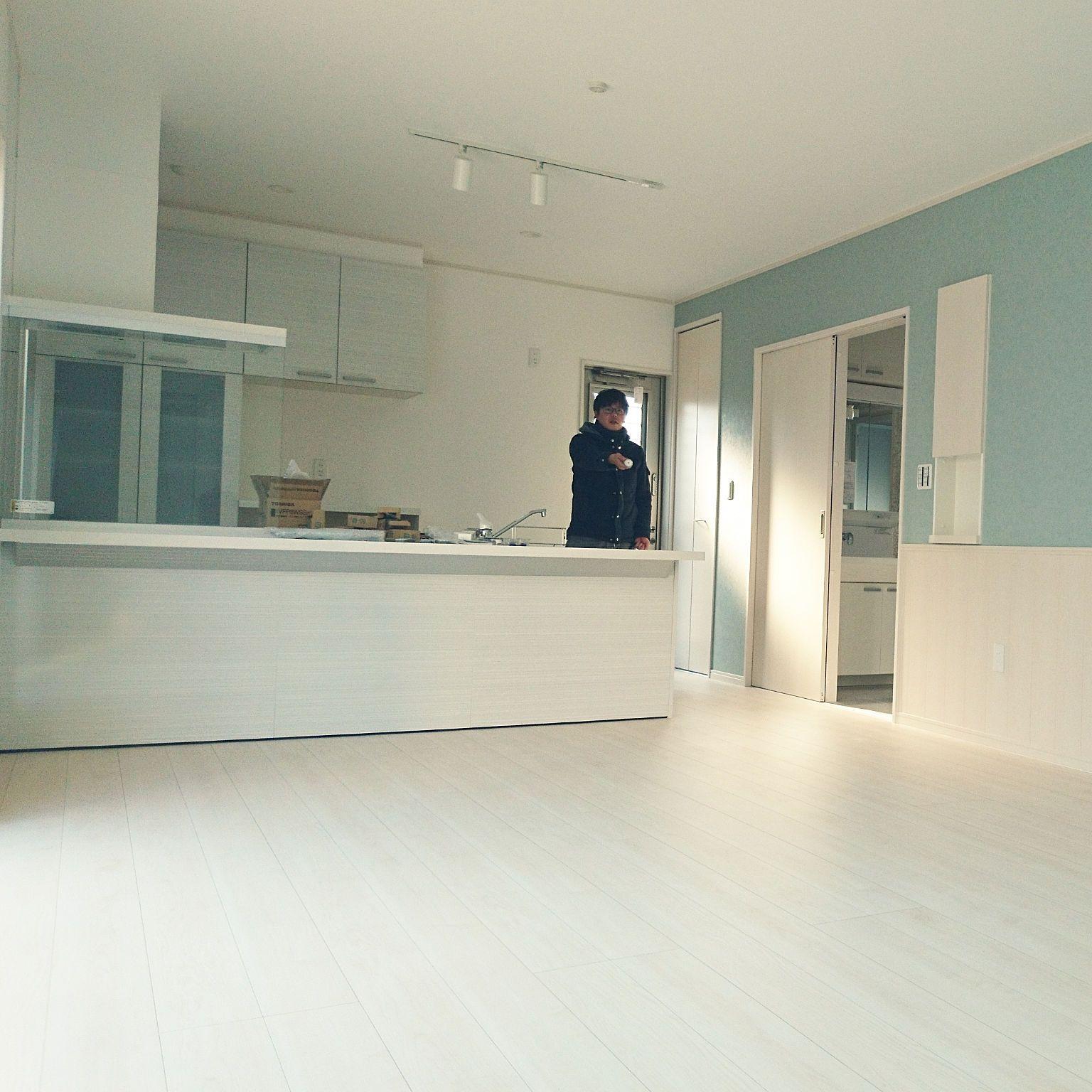 キッチン 注文住宅 白い床 白フローリング Lixilキッチン などの