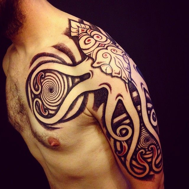 Tatouage viking d\u0027un kraken sur l\u0027épaule