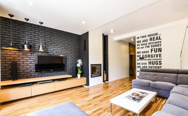 Fernseher-Wand-montieren-Wohnzimmer-schwarze-backsteinwand-holz