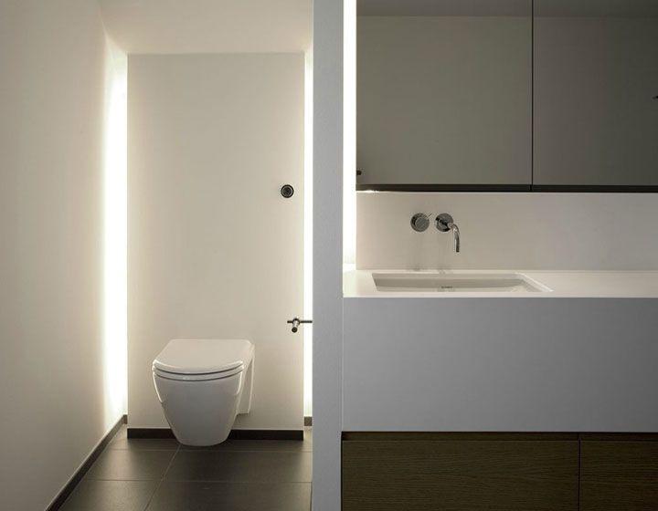 Indirecte verlichting in de badkamer zorgt voor een stijlvolle