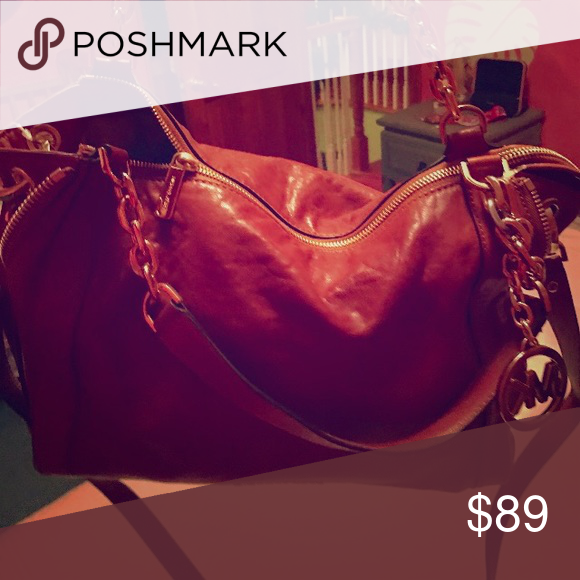 🎀 Michael Kohrs Purse 🎀 Beautiful red Michael Kohrs Leather purse can't go wrong at this price and designer bag KORS Michael Kors Bags Shoulder Bags