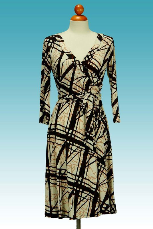 Details & CareThis easy stretch wrap dress is perfect for any occasion. Dress up or down for work and dinner! Must have dress. ・ 95% polyester, 5% spandex.・ Hand wash cold. Hang or line dry・ Approx. length from shoulder to hem: 39・ pattern pos...
