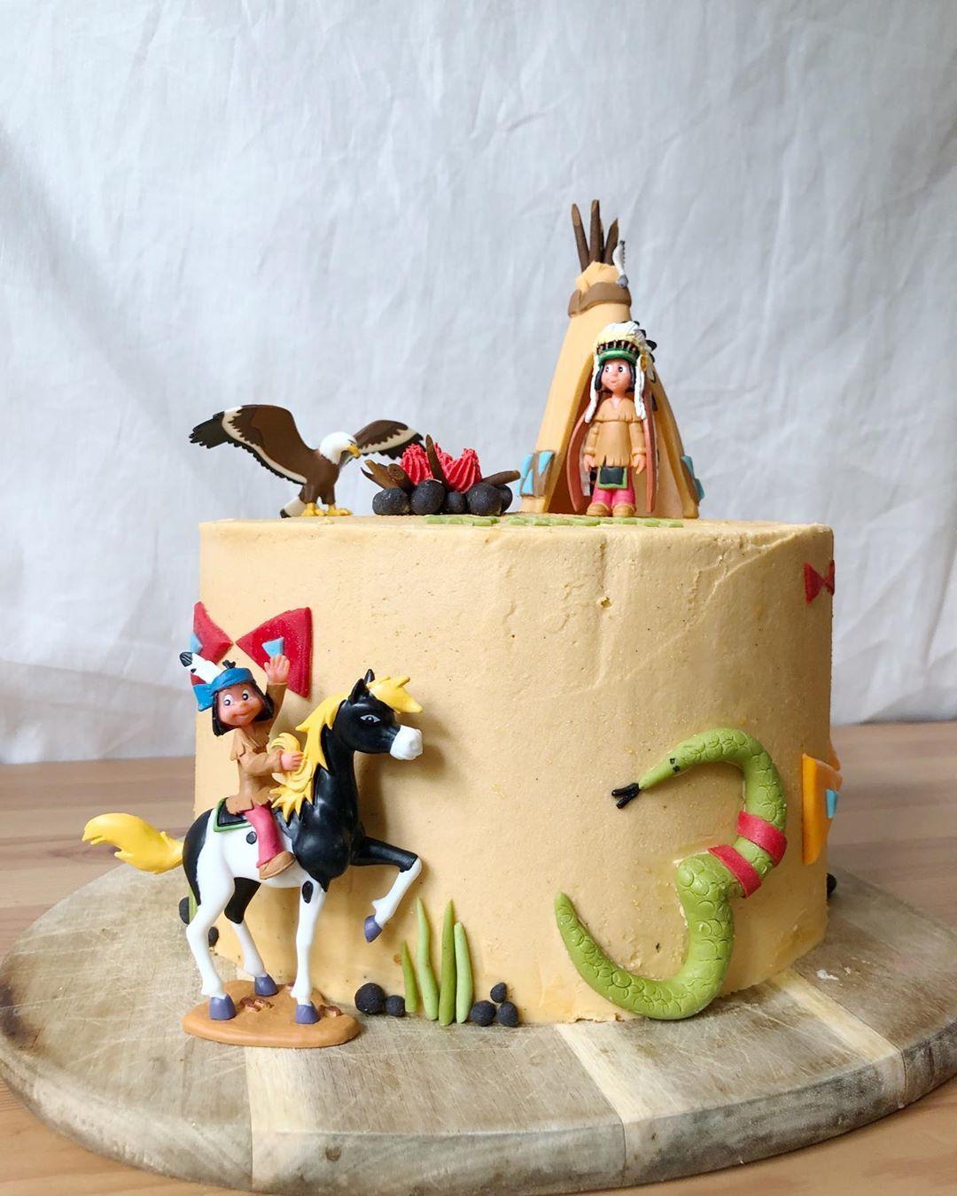 Hier nochmal die Yakari Torte als ganzes. Die Figuren sind zum Teil Handgemacht aus Fondant und zum Teil gekaufte Spielfiguren. So kann das Geburtstagskind seine Lieblingsfiguren tum Spielen behalten und gleich eine schöne Erinnerung an seine/ihre besondere Torte bekommen