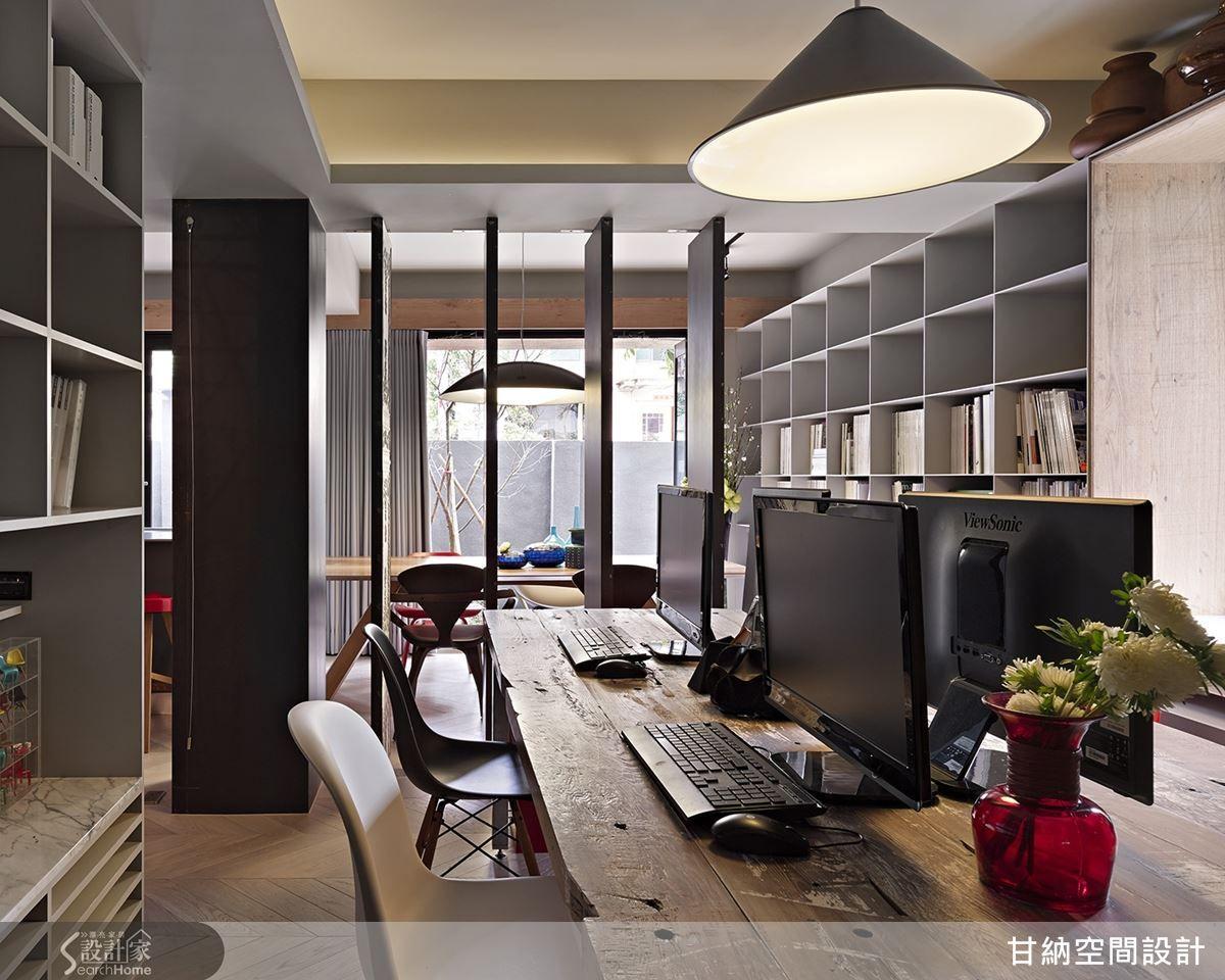 當空間保持開放時,室外陽光也能進駐後方工作區,讓設計者的創作靈感能在溫柔的陽光裡孵育成形。 Shelving