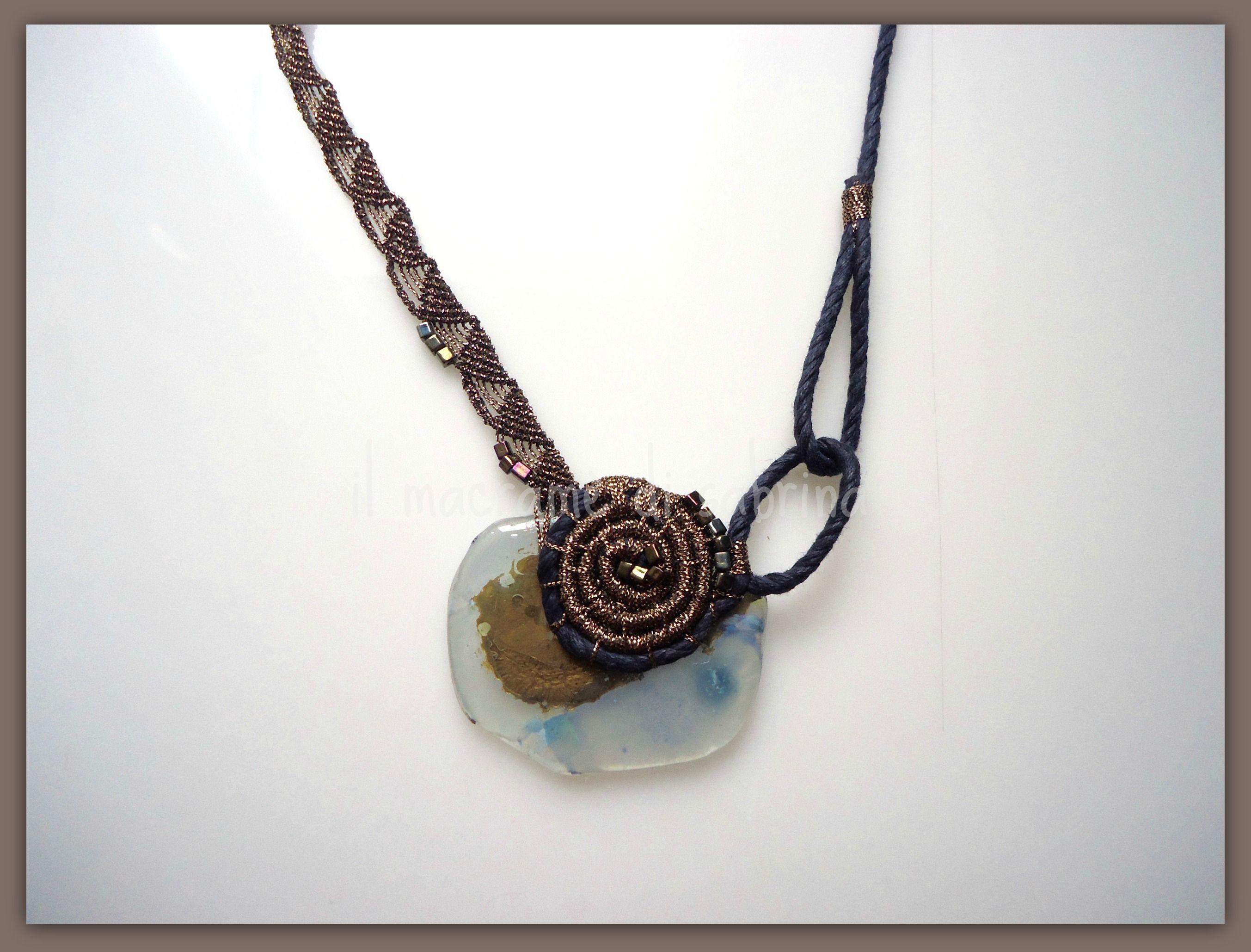 collana con vetro lavorato da Eleonora Sarti e macramè in filato metallico.