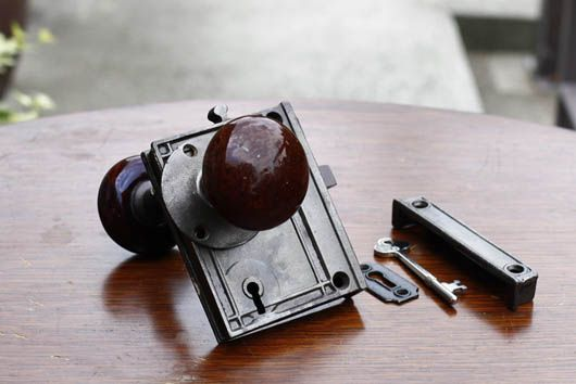 アンティーク 琺瑯のドアノブ 外付けラッチ 室内ワンタッチロック 鍵