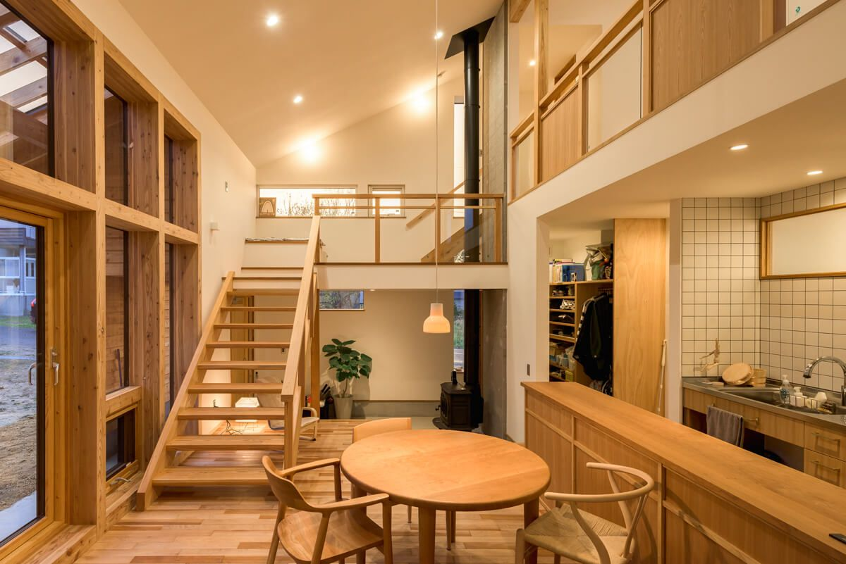 小さな場所で空間を繋ぐさまざまな木が語る家 家 リビング
