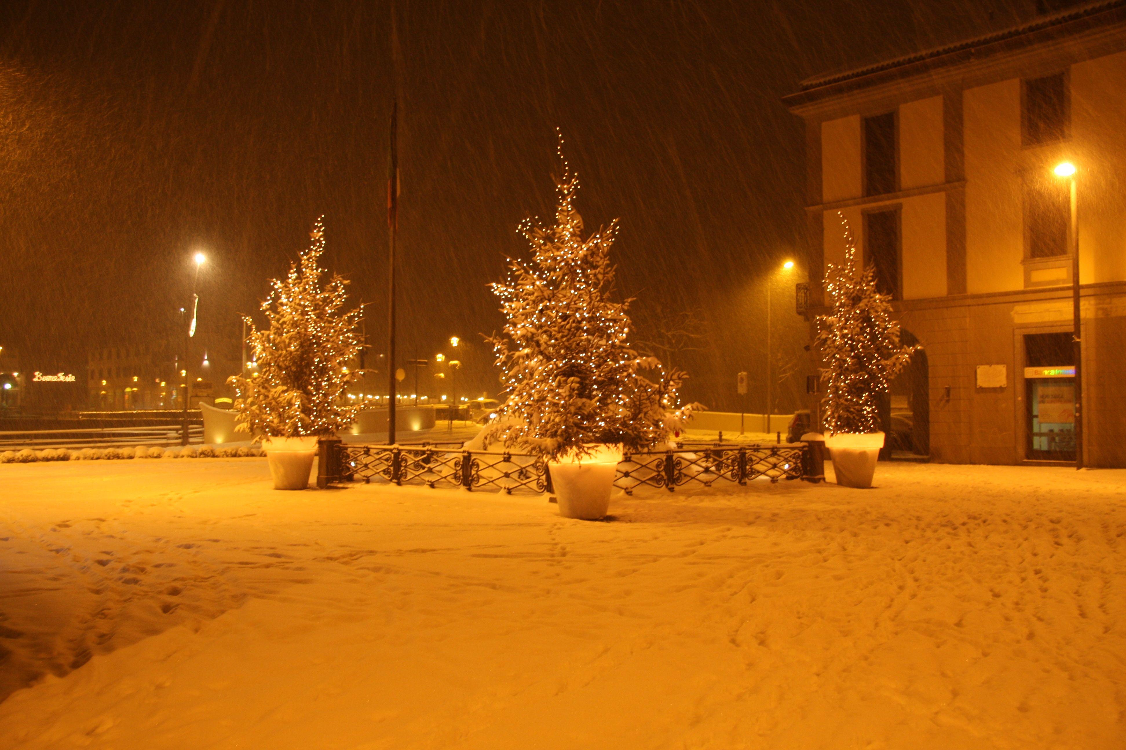 Sarnico,le piazze con gli addobbi natalizi www.centrostoricosarnico.it