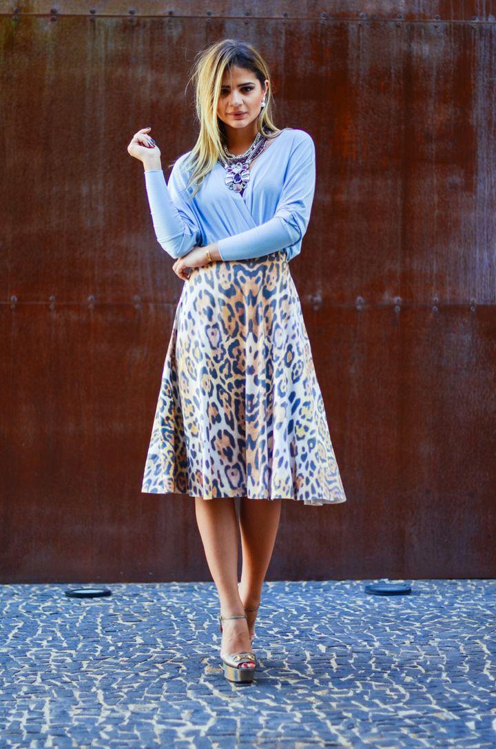 Look Thássia Naves: Saia onça. blusa azul