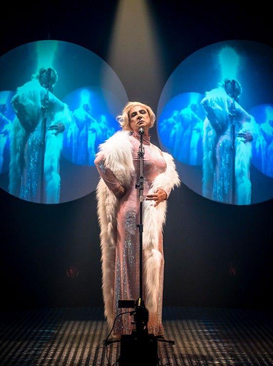 """Fause Haten, ator e estilista, encarna transformista em peça de teatro: """"Também canto em cena""""  (Foto: Caio Gallucci)"""