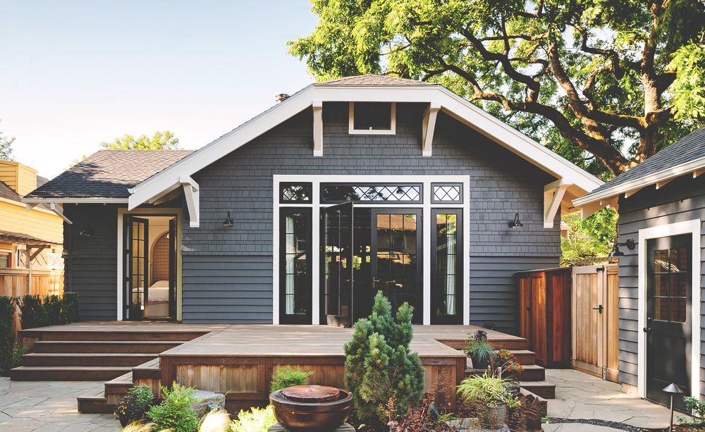 загородный дом с деревянной дверью