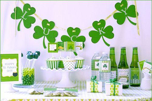 Una mesa festiva para San Patricio - via blog.fiestafacil.com / A festive St. Patrick's Day party table, via blog.fiestafacil.com