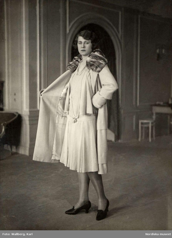 1925-1930. Modell poserar i en kort klänning med kappa. Nordiska ... 7f95b7bf665de