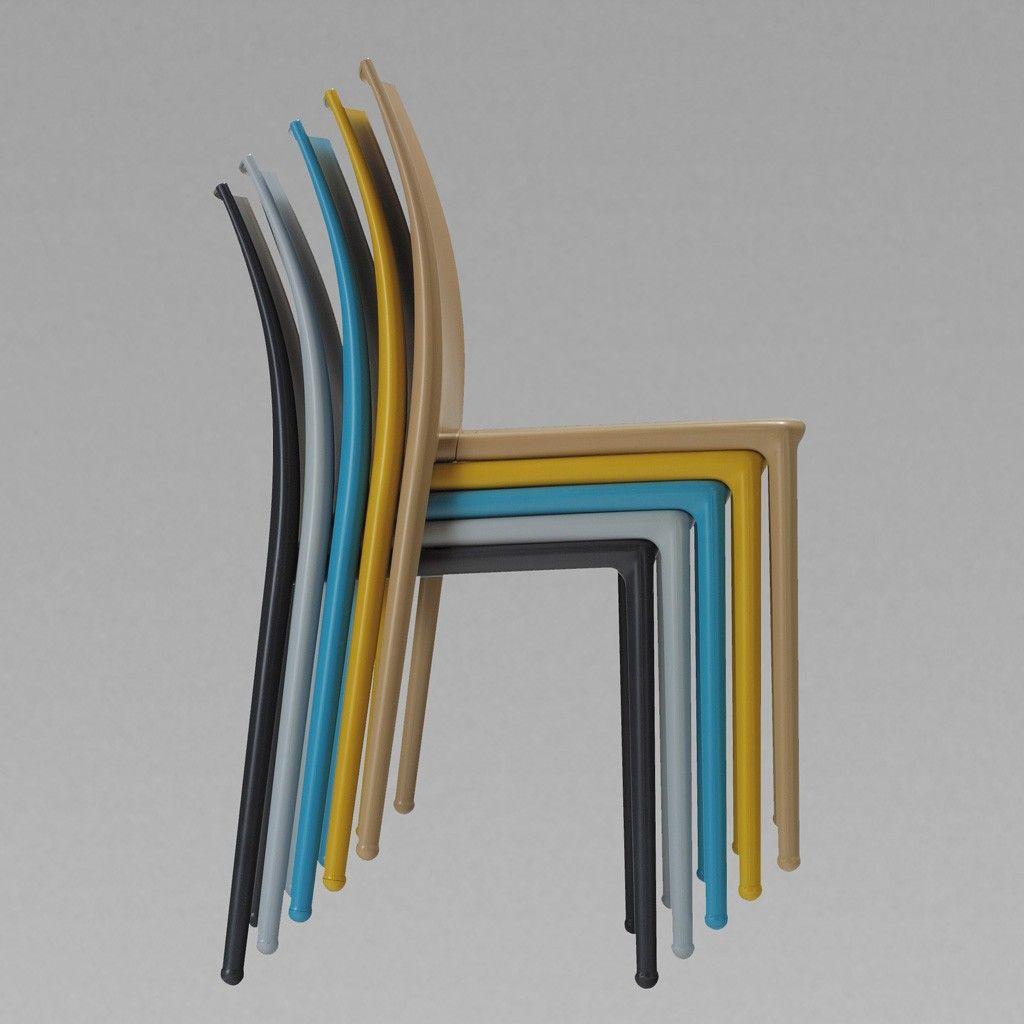 Sillas apilables Yagua, disponibles en varios colores.