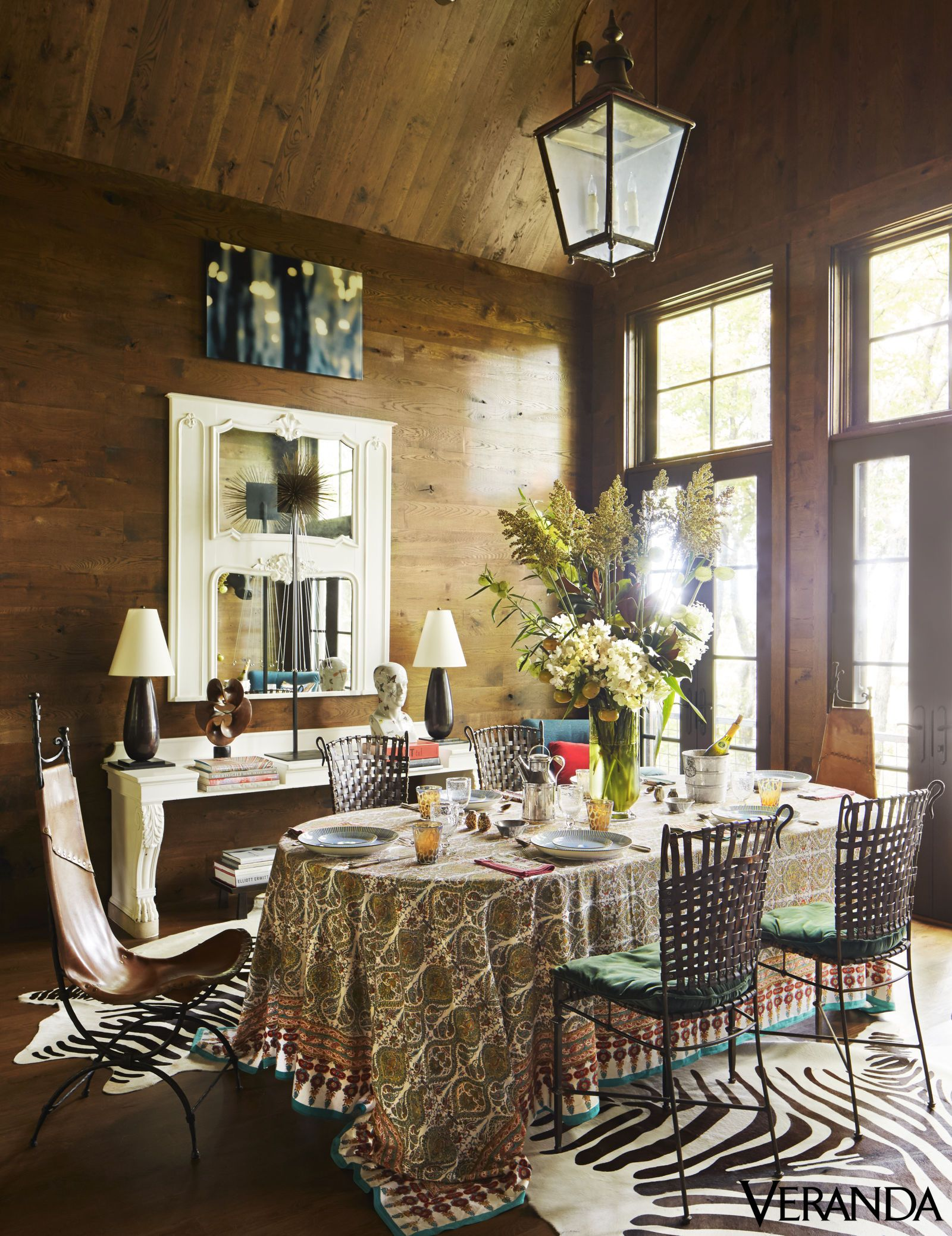 Bertoia chair dining room - House Tour A Contemporary North Carolina Mountain Retreat Mismatched Chairsharry Bertoiacowboytableclothshouse Toursinteriordesigndining Rooms Indianroom