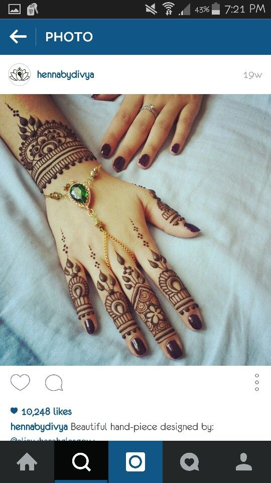 The Hand Chain Is A Nice Touch Since The Back Of Her Hand Isn T Very Busy Henna Tattoo Designs Hand Henna Henna Body Art