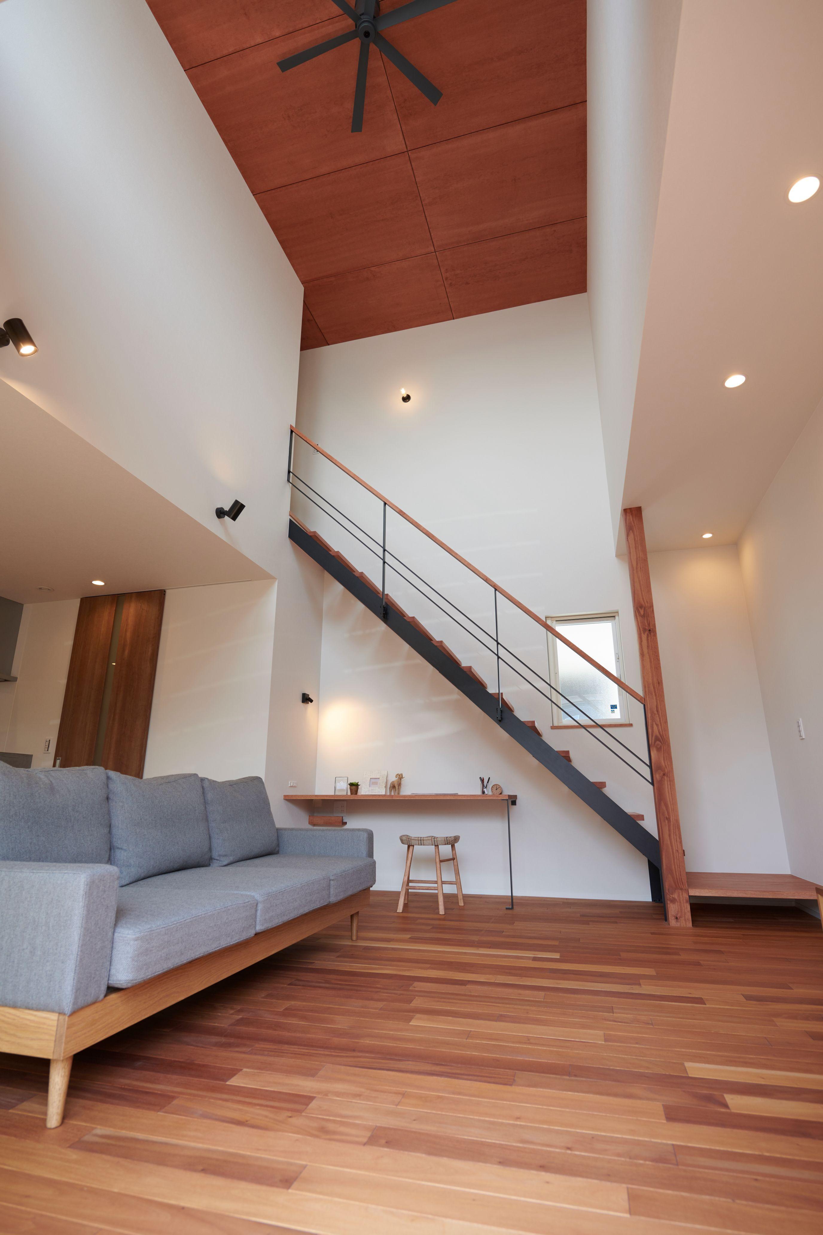 マホガニーの無垢フロアと見上げたくなる板貼り天井 ルポハウス 設計