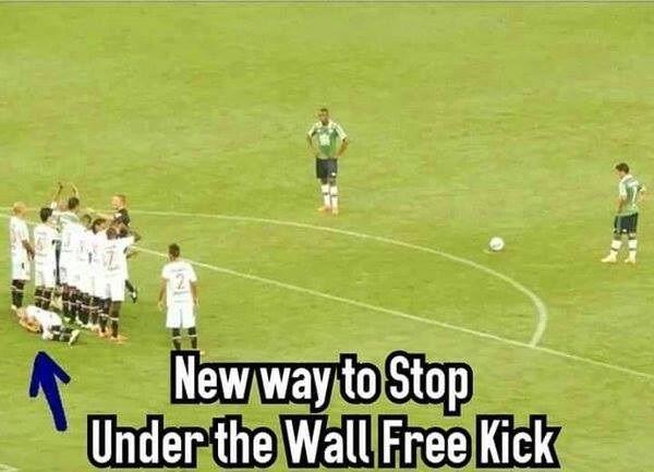 Funny Soccer Quotes Piłkarz położył się na murawie, żeby zatrzymać piłkę • Nowa metoda  Funny Soccer Quotes