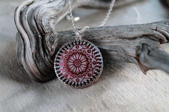 Kette mit Medaillon Rot von Perlenwunderland auf DaWanda.com
