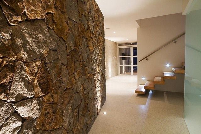 Wandgestaltung Steine Bruchsteinmauer Flur Bodenleuchten