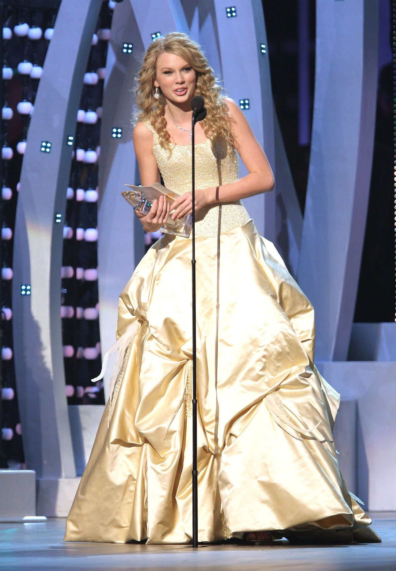 9 Terrible Prom Dress Trends From The Early 2000s That We Thought Were The Coolest Photos Prom Dress Trends 2000s Prom Dress Taylor Swift 2006 [ 1863 x 1292 Pixel ]