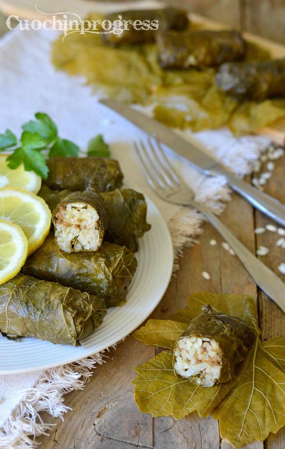 i dolmades con carne e riso sono un piatto tipico della cucina greca che vengono serviti