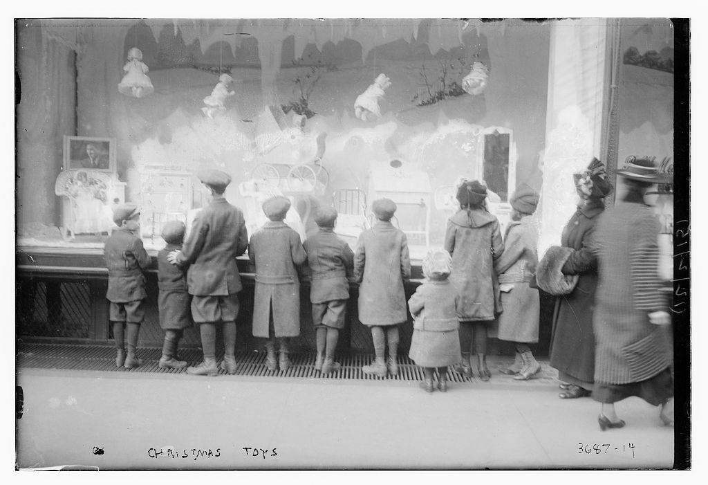 Macy's New York - 1915. The toy window.