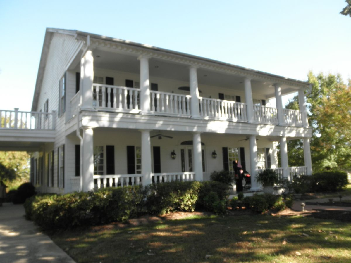 Plantation style homes manor house of greek revival for Plantation style homes