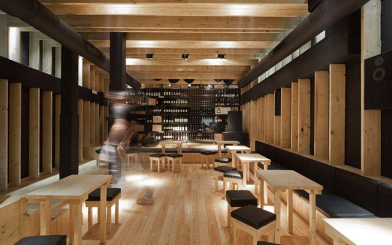Suelos de madera para bares con columnas negras for Bar madera moderno