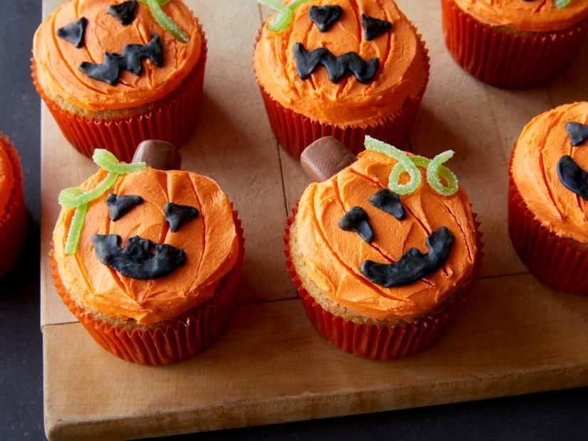 Jack-O-Lantern Pumpkin Spice Cupcakes #pumpkinspicecupcakes Jack-O-Lantern Pumpkin Spice Cupcakes Recipe | Food Network Kitchen | Food Network #pumpkinspicecupcakes