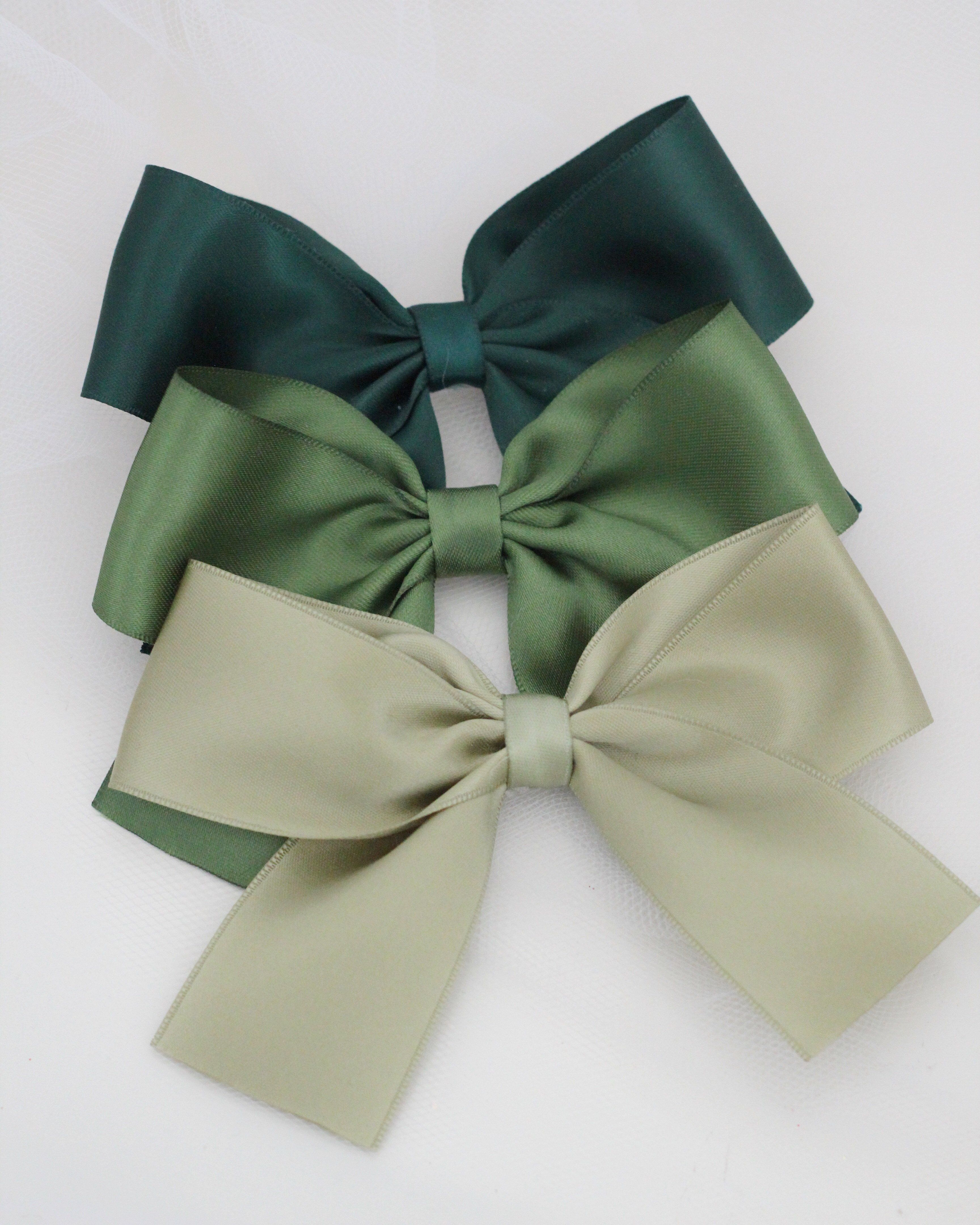 Satin bows to match the bows on our popular glitter shoes collection or to wear alone for more girly look. You can purchase these bows as a SINGLE hair clips. DETAIL: Measurement: SMALL: 4.25 INCHES / LARGE: 4.75 INCHES Clip: alligator clip Handmade