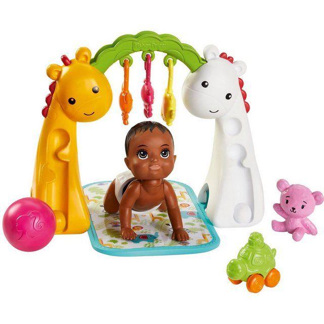 """Das tolle """"Barbie Skipper Babysitter""""-Spiel-Set von Mattel bereitet Kindern so viel Freude! Das umfangreiche Set regt dazu an, sich viele führsorgliche Geschichten zu überlegen und diese mit den Puppen nachzuspielen. Das Set enthält eine niedliche Baby-Puppe, um die Kinder sich kümmern, ein Mobile und viele tolle Zubehörteile. Wenn das Baby krabbelt, beginnt sein Köpfchen zu wackeln, was bei Kindern für viel Begeisterung sorgt! Um das Kleine zu motivieren, kann es mit einem lustigen Ball, einer"""