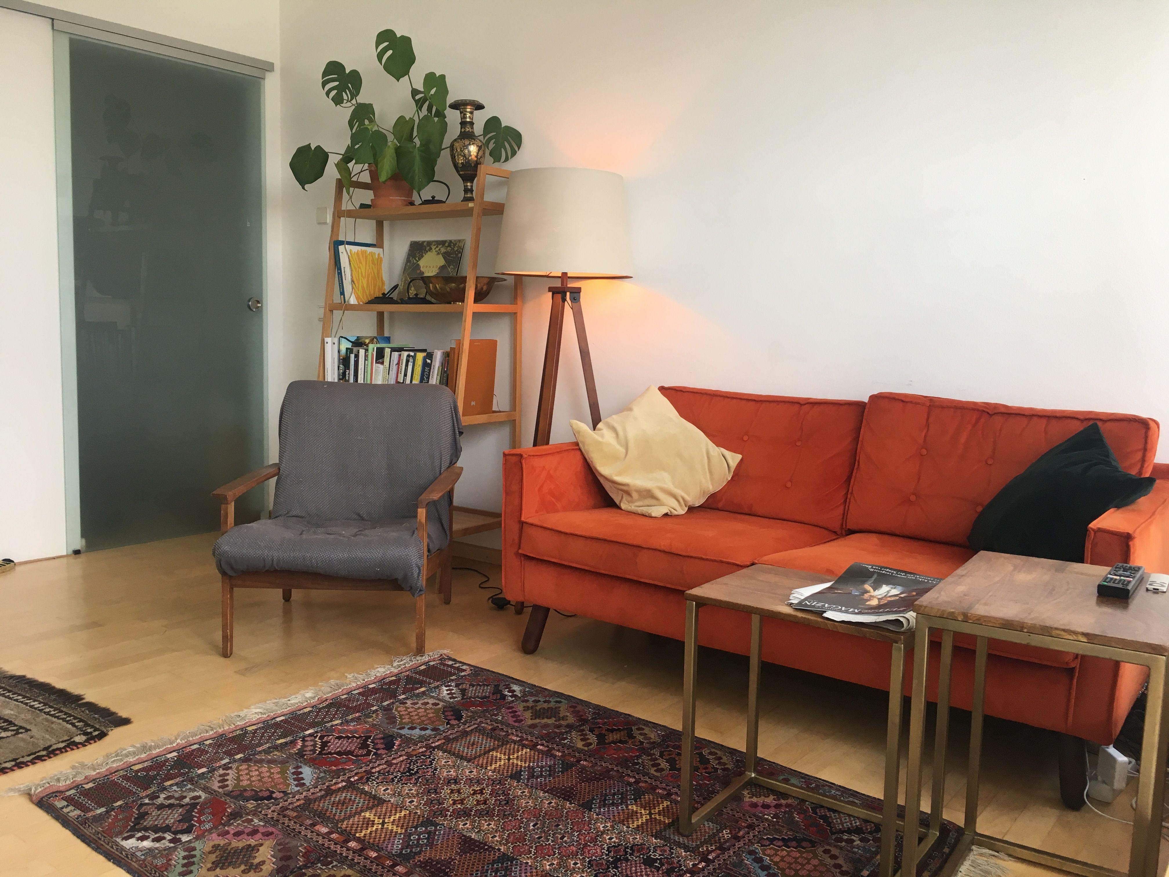 In #Berlin steht dieses rostrote #Sofa im #Wohnzimmer. Die ...