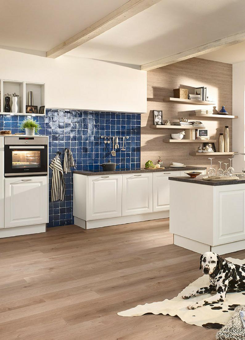 Blau, Fließen, Blaue Fließen, Küche, Wandgestaltung, Weiße Küche, Holz  Fronten