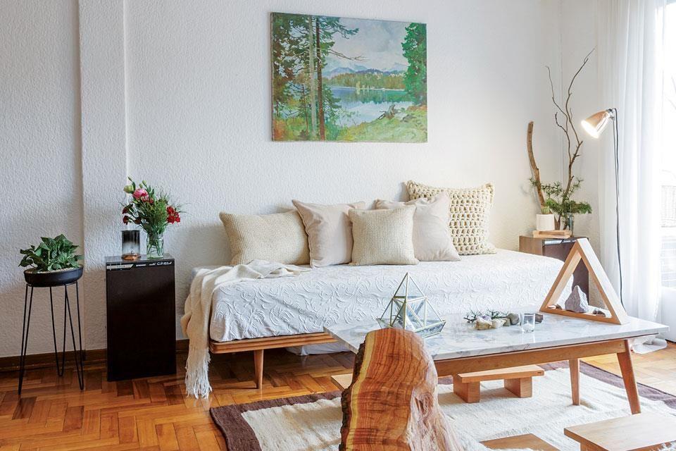 Camastro-sofá comprado en un remate de Verga Hnos. con almohadones de yute y al crochet ($770 y $930) y manta tejida ($1.250, todo de Tienda de Costumbres). Lámpara de pie (IKON Lamps) y óleo pintado por el abuelo de Lucas.  /Daniel Karp
