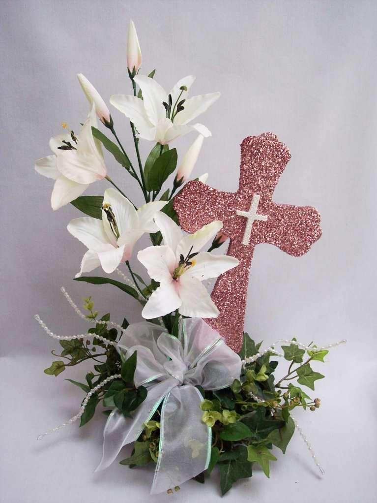 Centro con flores, cruz y lazo - Centro de mesa con orquídeas y